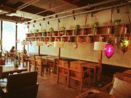 Undervisningen finder sted i forskellige cafeer rundt omkring i byen