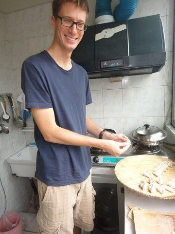 Dumpling-tilberedning (饺子) hos værtsfamilien