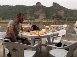 Studerende spiller kinaskak
