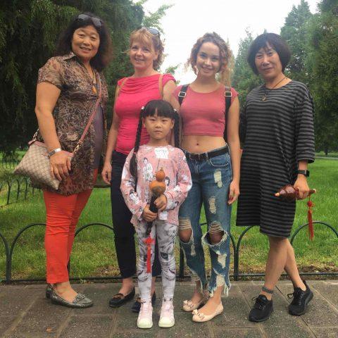 Studerende og værtsfamilie sammen i en park